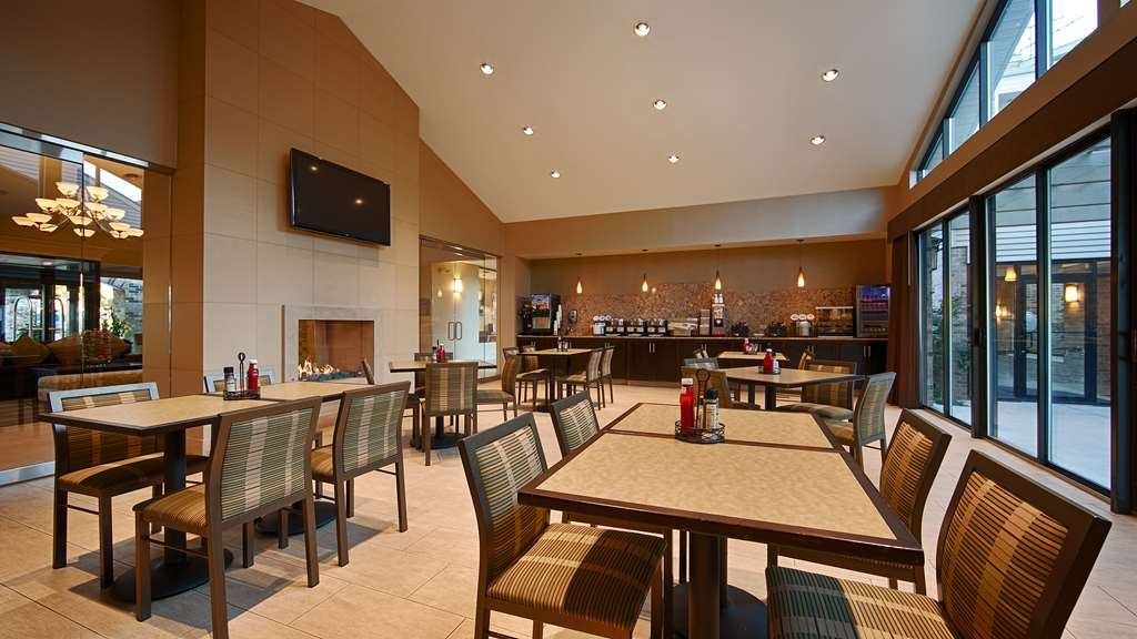 Best Western Plus Antioch Hotel & Suites - Choose from a wide selection of seating to enjoy your morning meal.