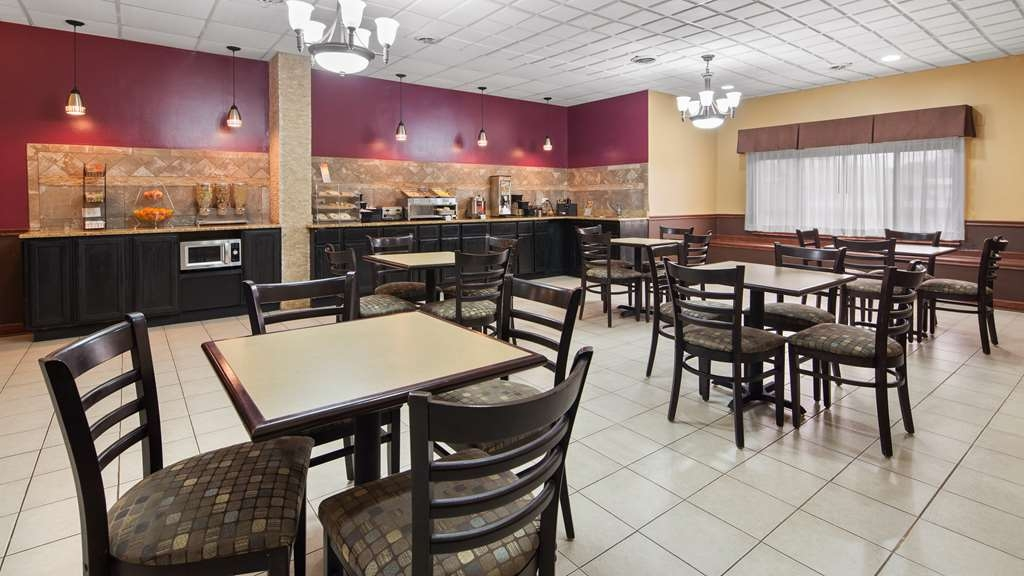 Best Western Woodstock Inn - Our breakfast room offers intimate dining for couples and smaller groups.