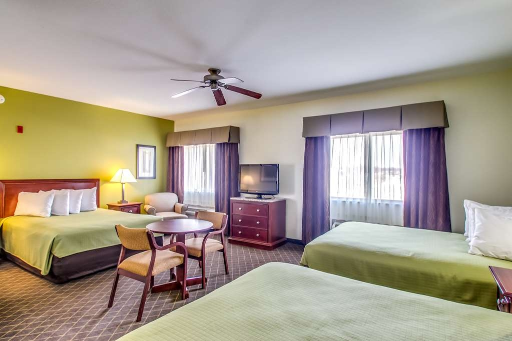 Best Western Geneseo Inn - This suite is great for families.