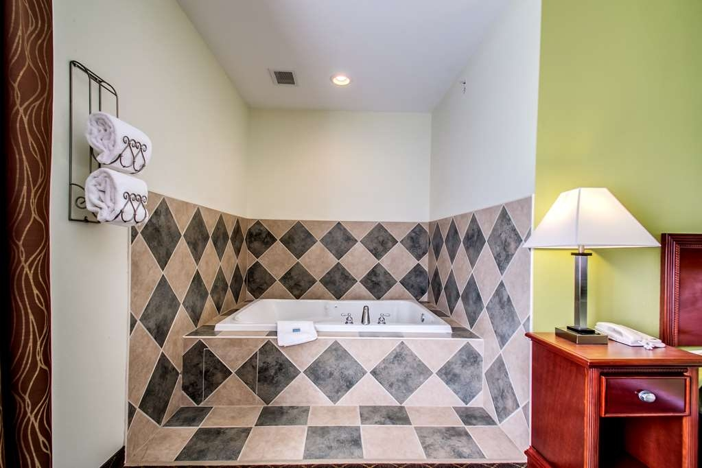 Best Western Geneseo Inn - Enjoy our whirlpool suite.