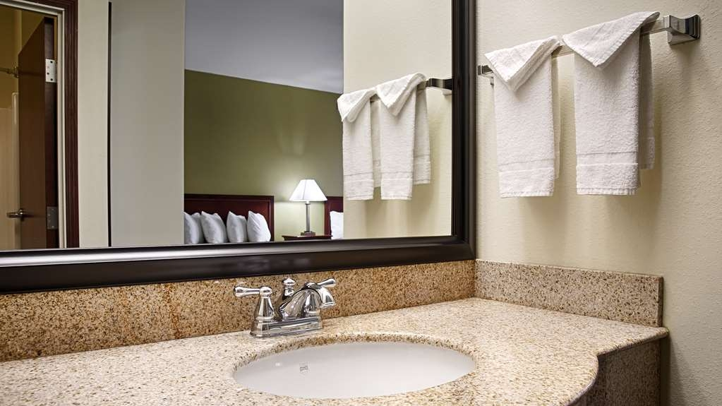 Best Western Geneseo Inn - Enjoy getting ready for a day of adventure in this fully equipped guest bathroom.