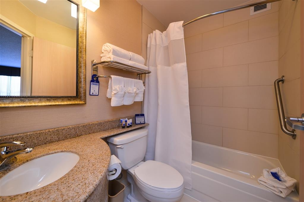 Best Western Plus Glenview-Chicagoland Inn & Suites - Guest Bathroom