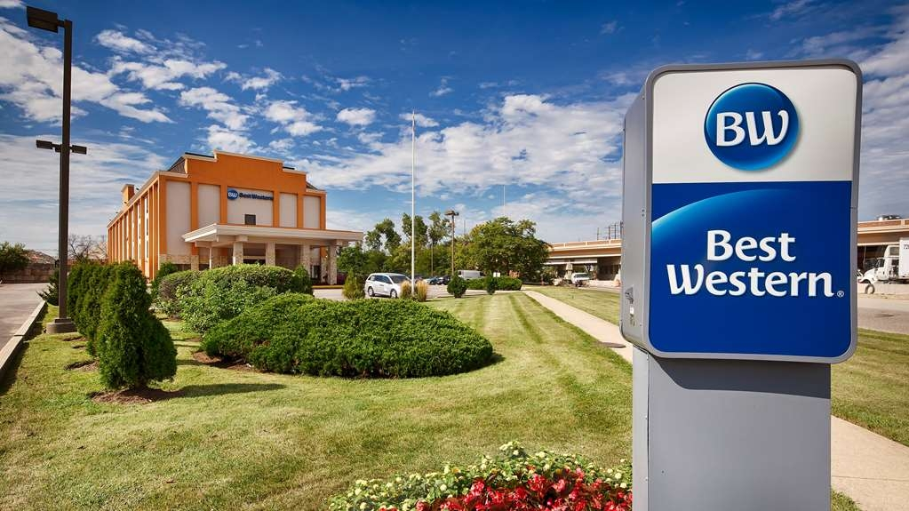 Best Western O'Hare North/Elk Grove Hotel - Best Western O'Hare North/Elk Grove Hotel offers 24-hour complimentary shuttle, fitness center and hot breakfast.