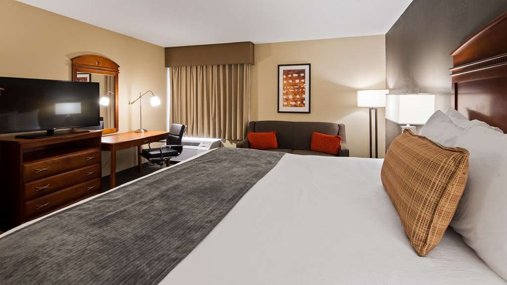 Best Western Delta Inn - Relax in King guest room with sofa sleeper and whirlpool tub