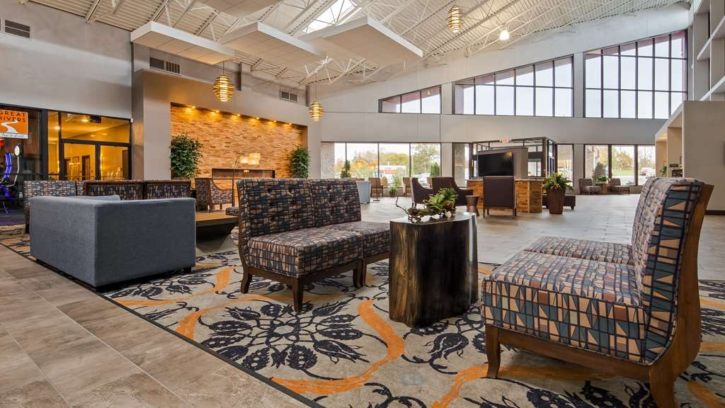 Best Western Premier Alton-St. Louis Area Hotel - Relax, work or mingle in our large open atrium with ample seating.
