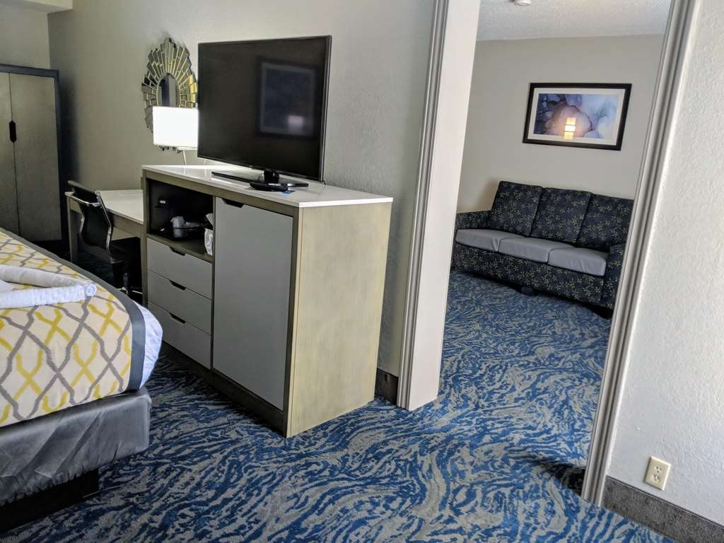 Best Western Plus Bloomington East Hotel - If you're looking for a little extra space to stretch out and relax, book one of our Whirlpool Suite.