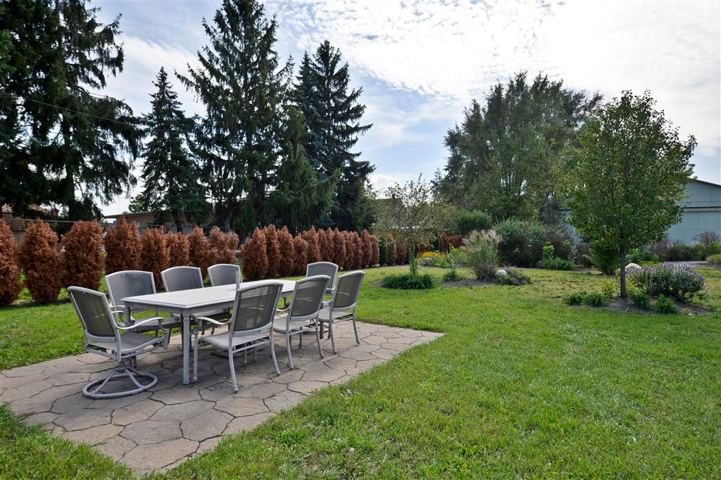 Best Western Inn - Enjoy an afternoon outside at our picnic table and garden.