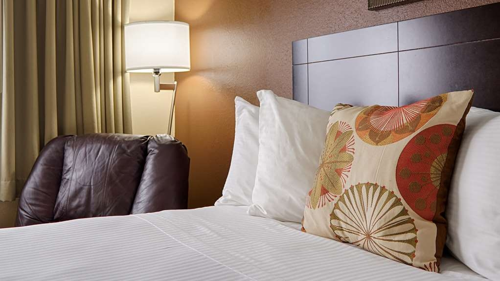 Best Western Kendallville Inn - Relax in our spacious rooms with one or two beds.