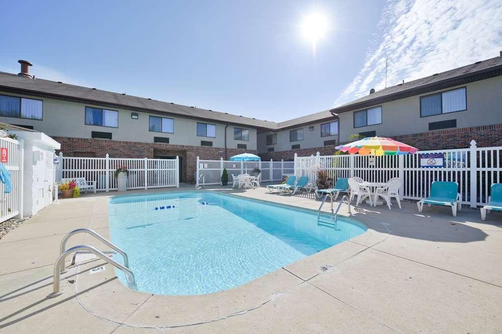 Best Western Kendallville Inn - Refreshing pool