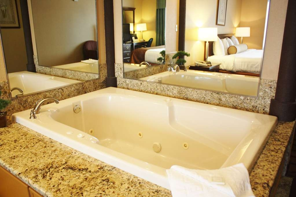 Best Western Inn & Suites of Merrillville - King Suite with Hot Tub