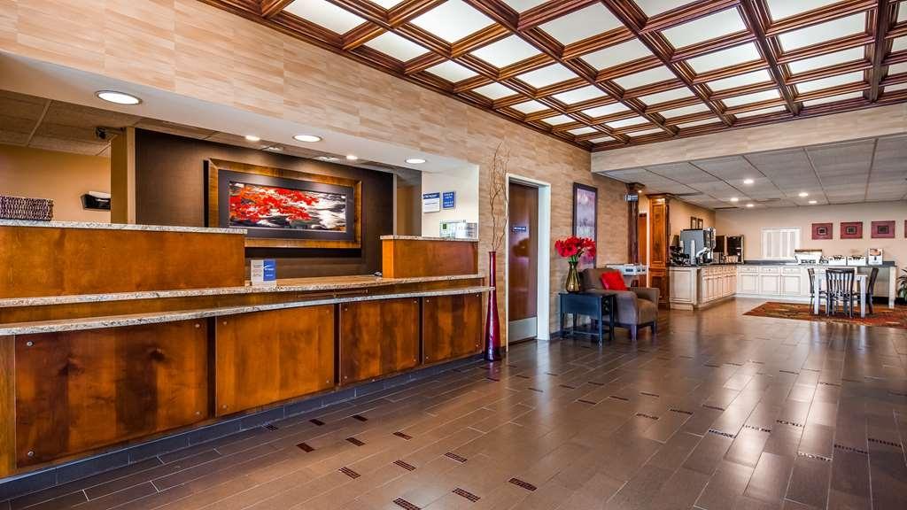 Best Western Plus Brandywine Inn & Suites - Vista del vestíbulo