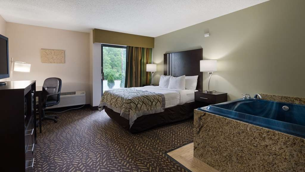 Best Western Indian Oak - Experience a romantic getaway in our Queen Guest Room with whirlpool, designed for your relaxation and comfort.