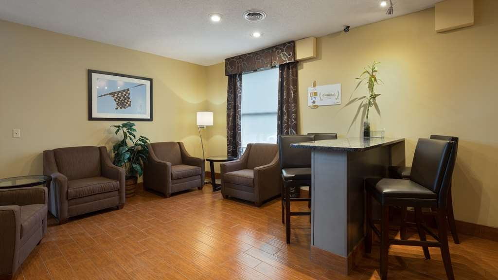 Best Western Indian Oak - Our lobby is the perfect spot to relax after a long day of work and travel.