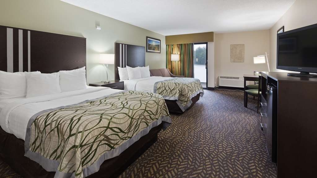 Best Western Indian Oak - Stretch out and relax in the Two Queen Guest Room.