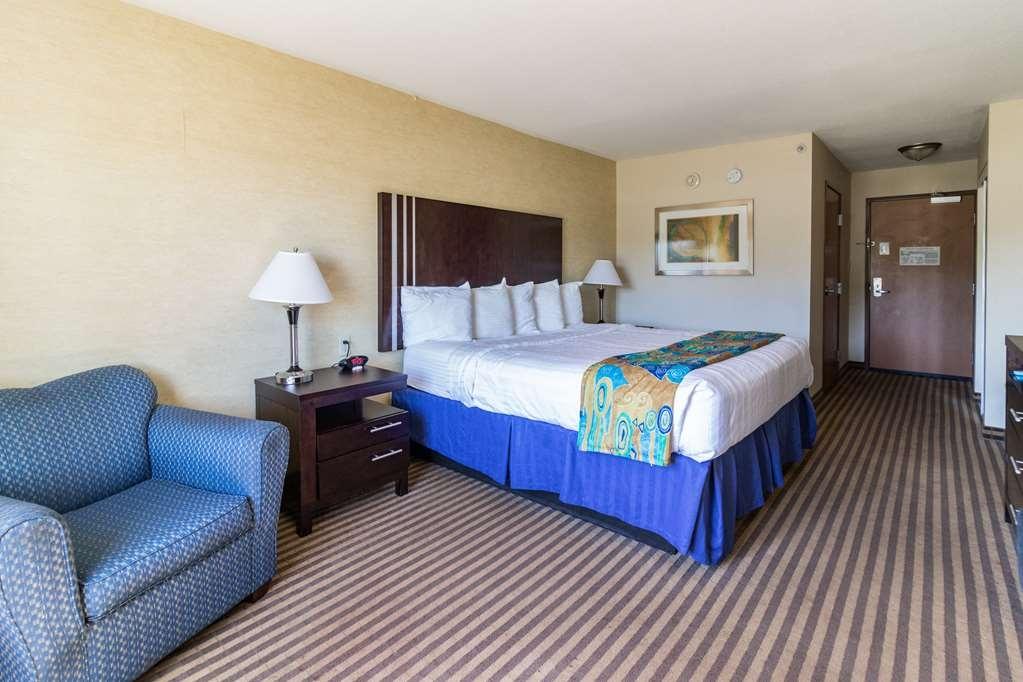 Best Western Plus Portage Hotel & Suites - Habitación con cama de matrimonio extragrande