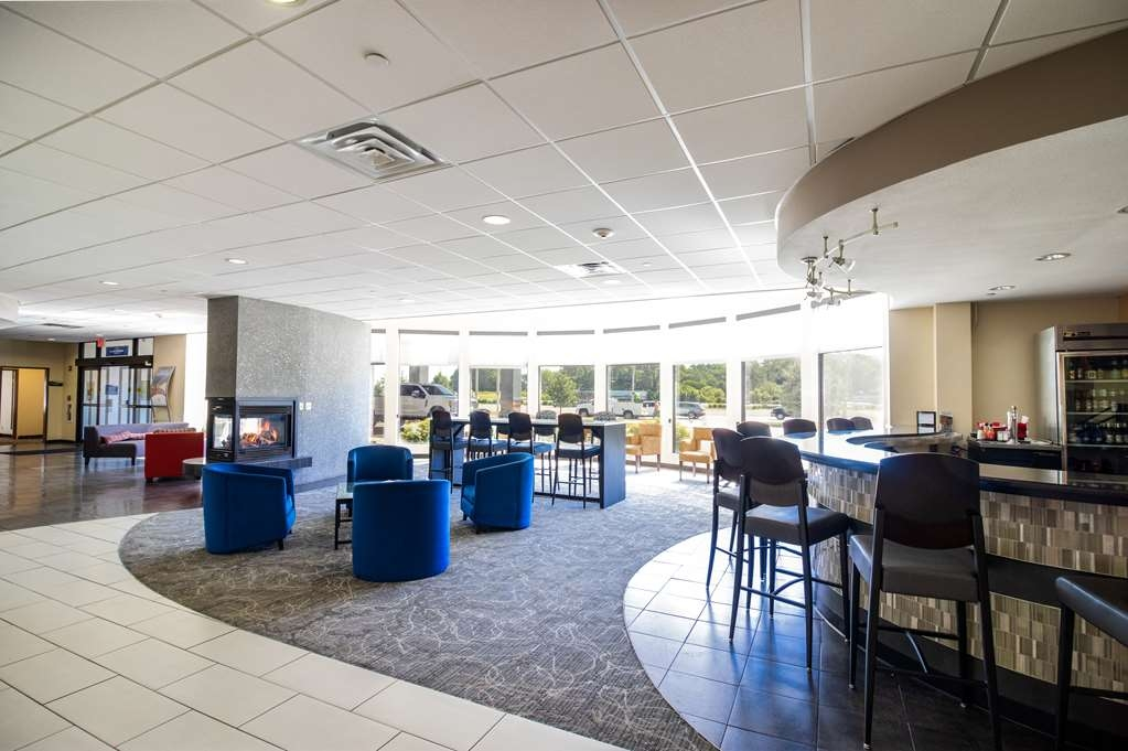 Best Western Plus Portage Hotel & Suites - Bar and Lounge