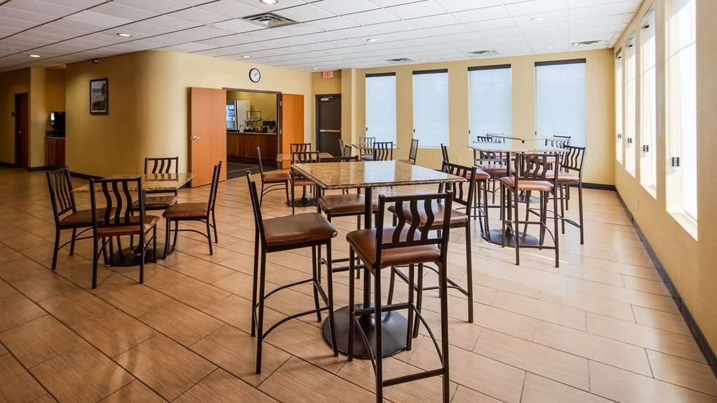 Best Western Plus Portage Hotel & Suites - Breakfast Area
