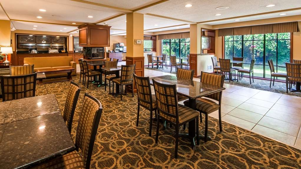 Best Western Plus Anderson - Choose from a wide selection of seating to enjoy your morning meal.