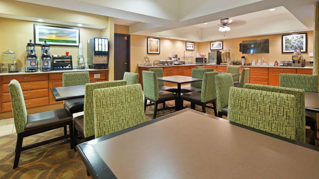 Best Western Plus Mishawaka Inn - Enjoy a balanced and delicious breakfast with choices for everyone.