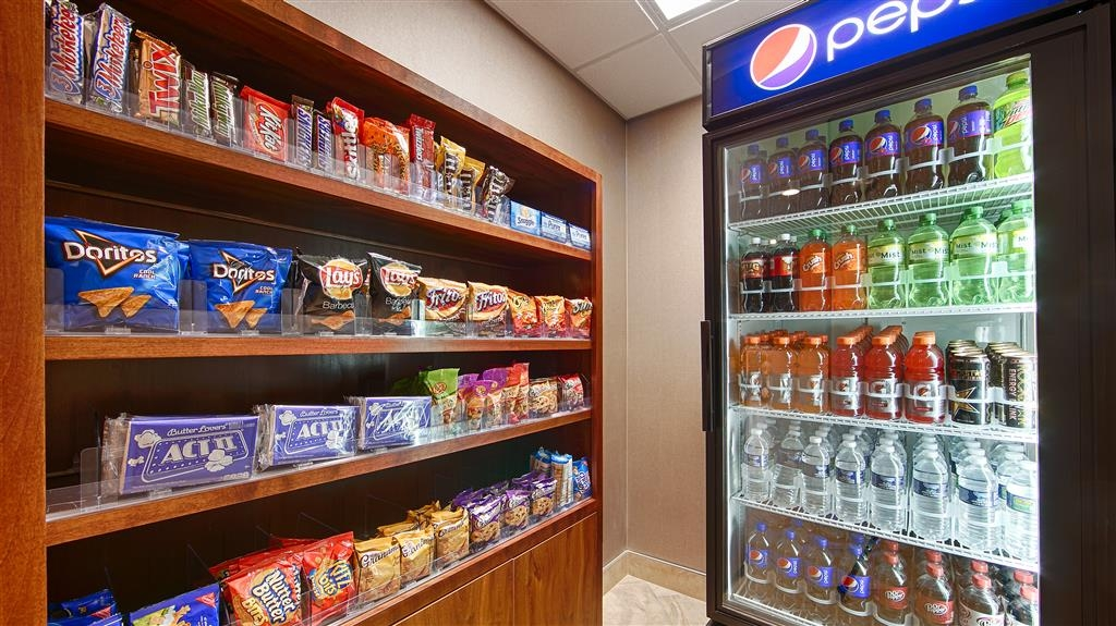 Best Western University Inn at Valparaiso - Stock up on your favorite snacks at our sundry shop.