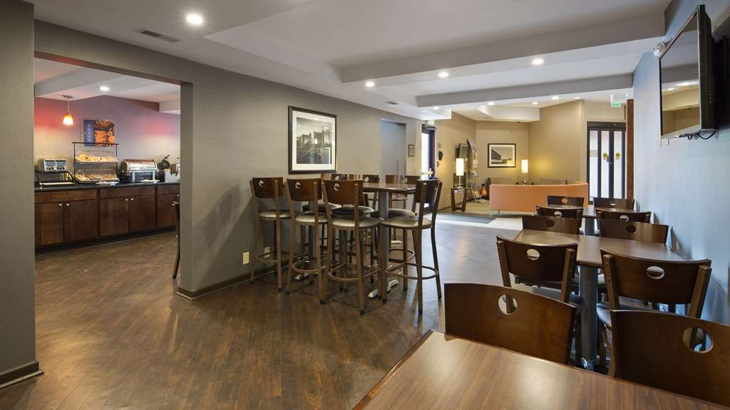 Best Western University Inn at Valparaiso - Our breakfast room offers intimate dining for couples and smaller groups.
