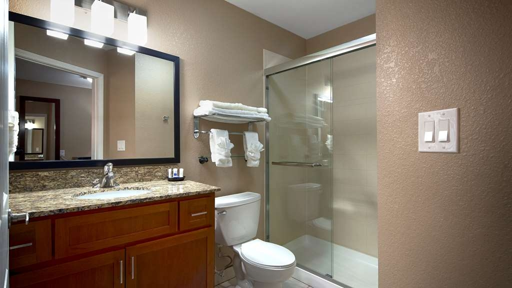 Best Western Plus Crawfordsville Hotel - Guest Bathroom