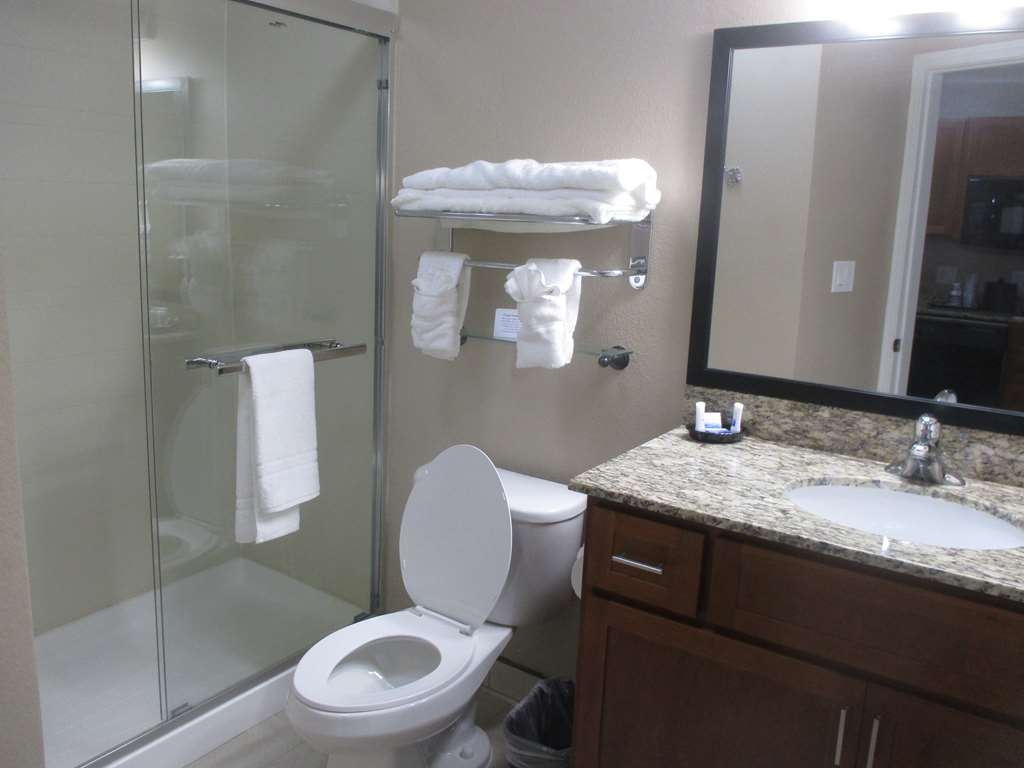 Best Western Plus Crawfordsville Hotel - Double Queen Guest Bathroom