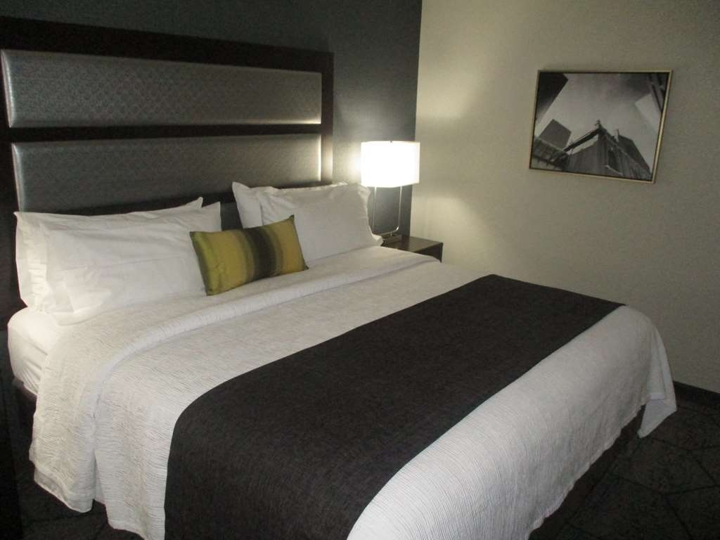 Best Western Plus Indianapolis NW Hotel - Relax & stretch out in our spacious king bedded rooms.