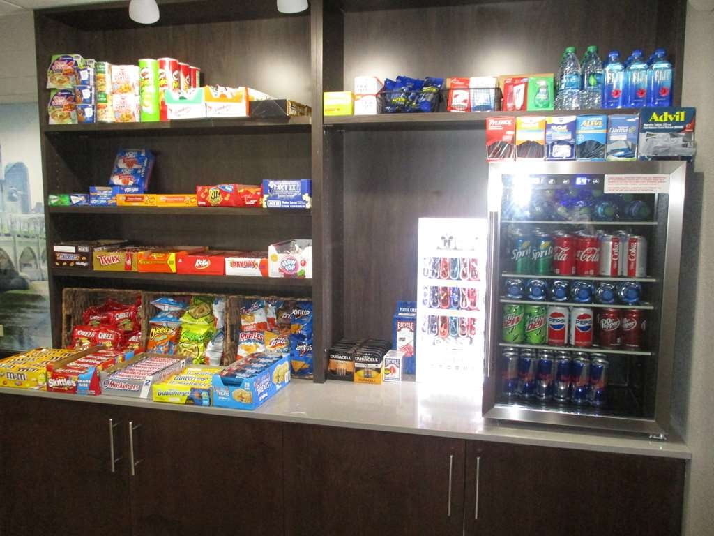 Best Western Plus Indianapolis NW Hotel - Stock up on your favorite snacks at our sundry shop.