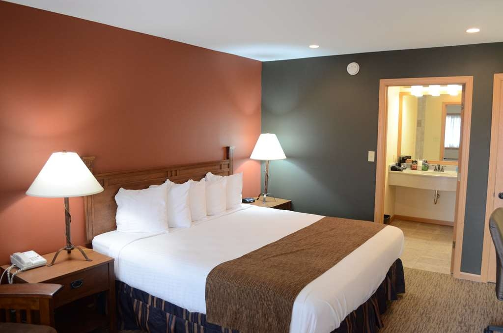 Best Western Starlite Village - Our Business King room in our Timber Club section gives you all the comforts you need while away from home.