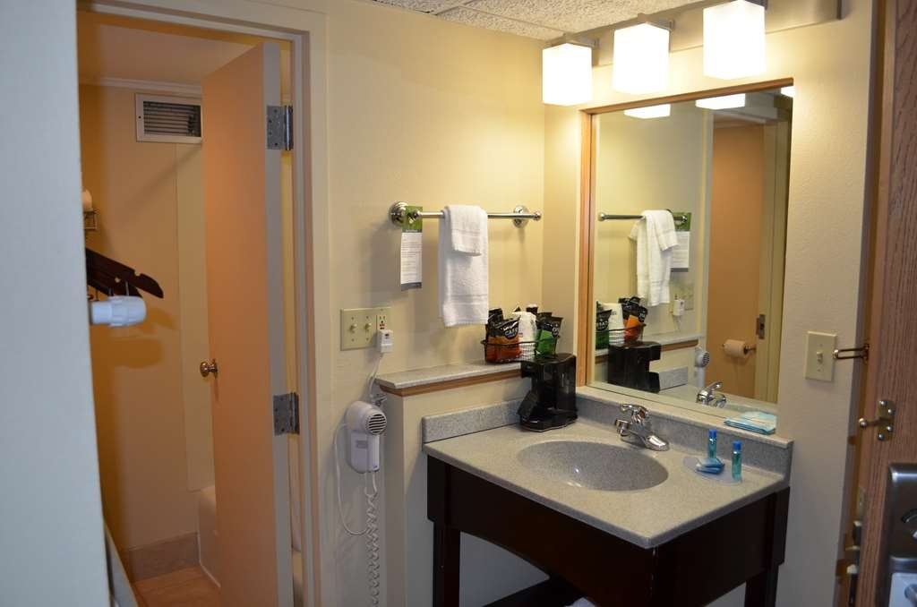 Best Western Starlite Village - Our queen single vanity areas are well-lit with everything you need to get ready in the morning.