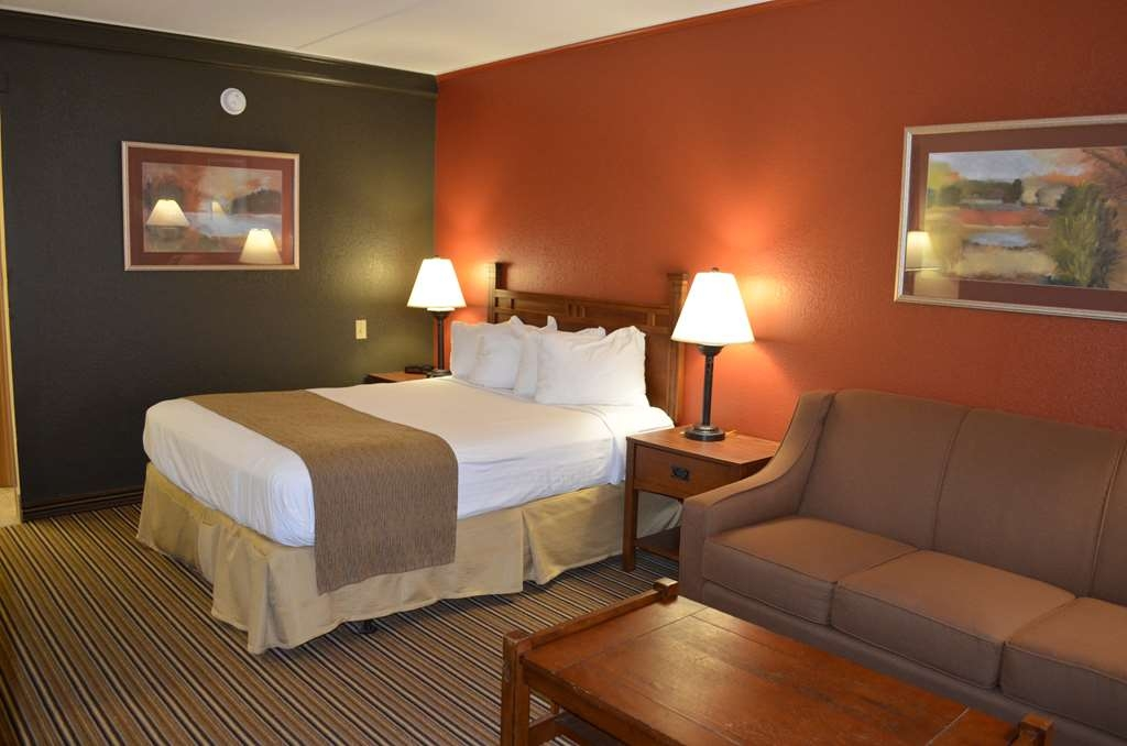 Best Western Starlite Village - Our single queen 'plus' room gives you the added space you need to relax after a long day or an extra bed when traveling with friends or family.