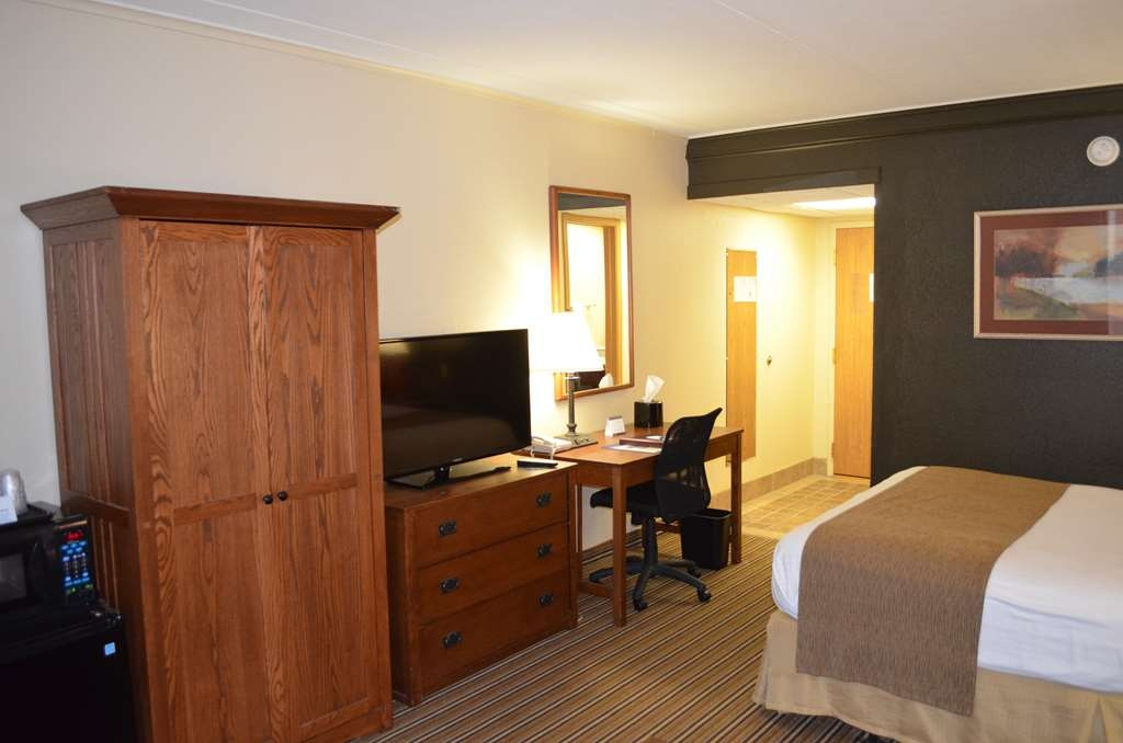Best Western Starlite Village - Comfort and convenience with a flat screen television, microwave and mini refrigerator. Armoire for storage and desk for catching up on emails.