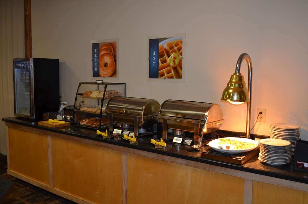 Best Western Starlite Village - A hot breakfast awaits you with a selection sure to fill your stomach. Selections vary by day.