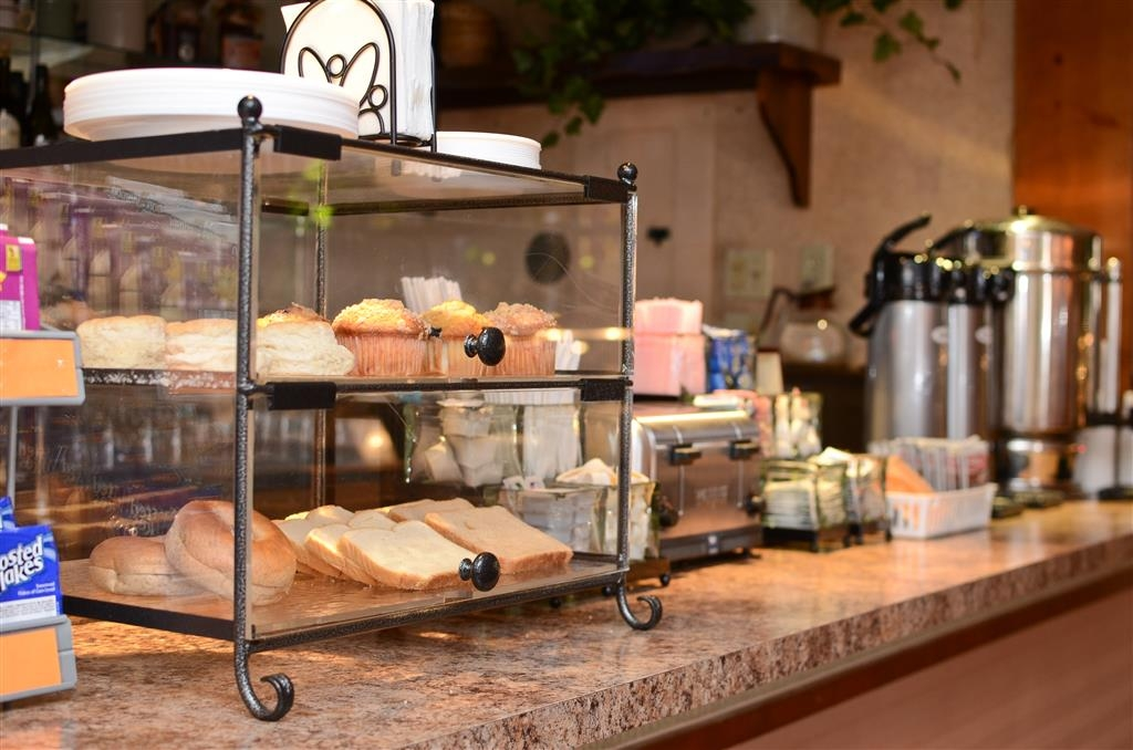 Best Western La Grande Hacienda - Fresh bread, bagels, pastries and coffee are available each day.