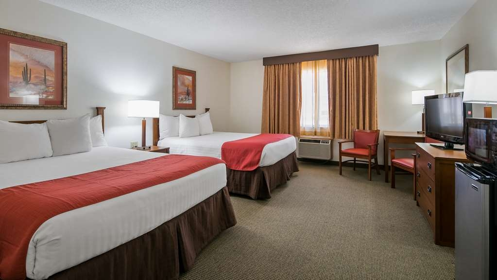Best Western La Grande Hacienda - Stretch out and relax in the two queen guest room.