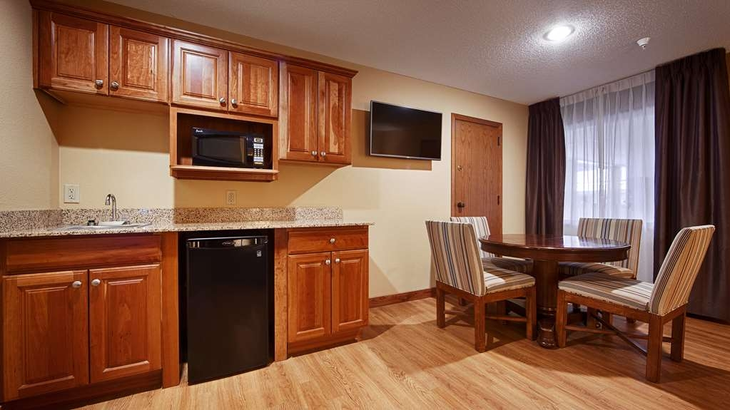 Best Western Plus Dubuque Hotel & Conference Center - Spacious seating and counter space in our King Executive Suite.