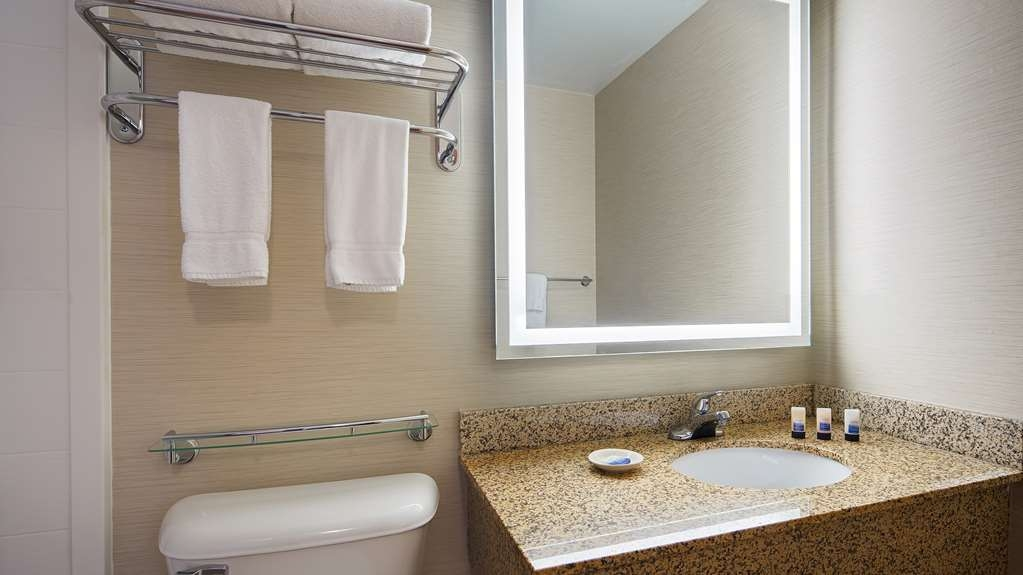 Best Western Plus Dubuque Hotel & Conference Center - Guest Bathroom