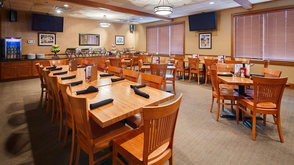 Best Western Plus Dubuque Hotel & Conference Center - Breakfast located in the Club Room of Old Chicago Pizza & Taproom.