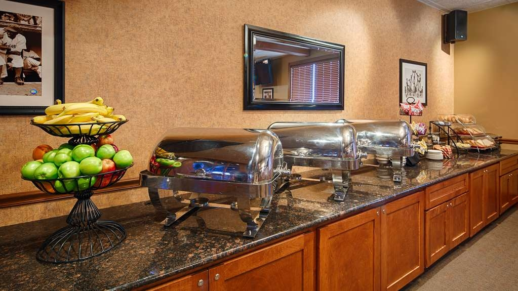 Best Western Plus Dubuque Hotel & Conference Center - Enjoy our hot breakfast buffet that is complimentary with your guest room.