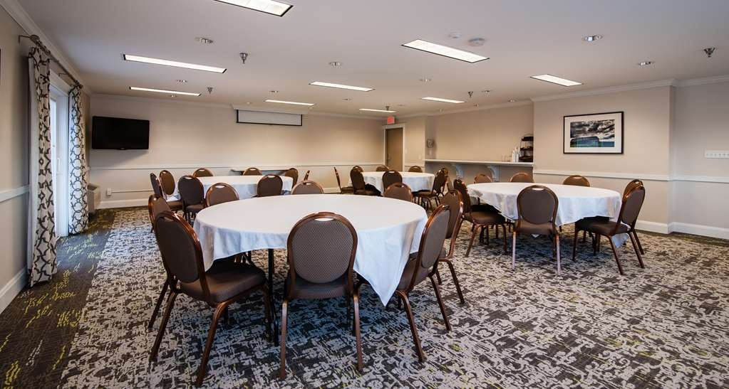 Best Western Plus University Park Inn & Suites - Our conference room is perfect for your meeting. It can hold up to 60 attendees.