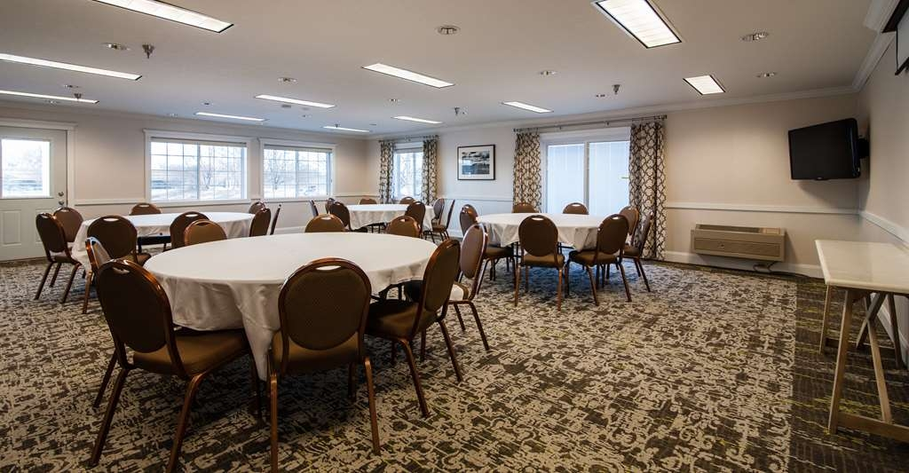Best Western Plus University Park Inn & Suites - Our conference room features all of your necessary audio/visual equipment including a TV, VCR, DVD and built-in screen.