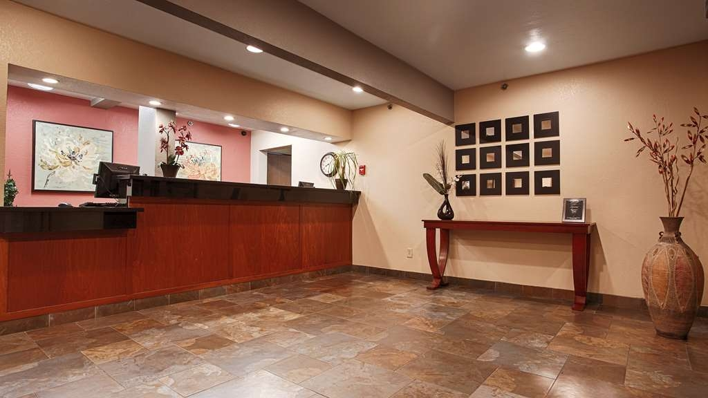 Best Western Plus Altoona Inn - Front desk