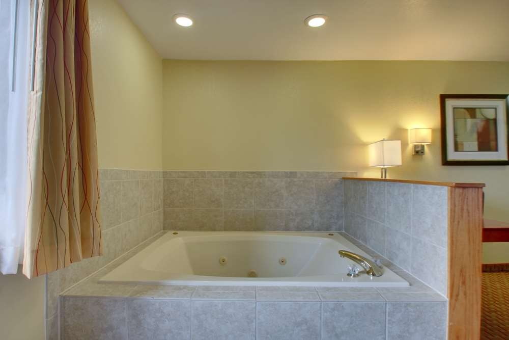 Best Western Plus Altoona Inn - Our Whirlpool Suites offer a two person whirlpool a King Sized Bed and a Pullout Sofa.