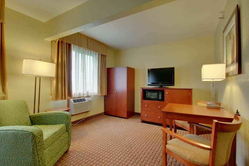 Best Western Plus Altoona Inn - Enjoy the comforts of home in one of our spacious deluxe rooms.