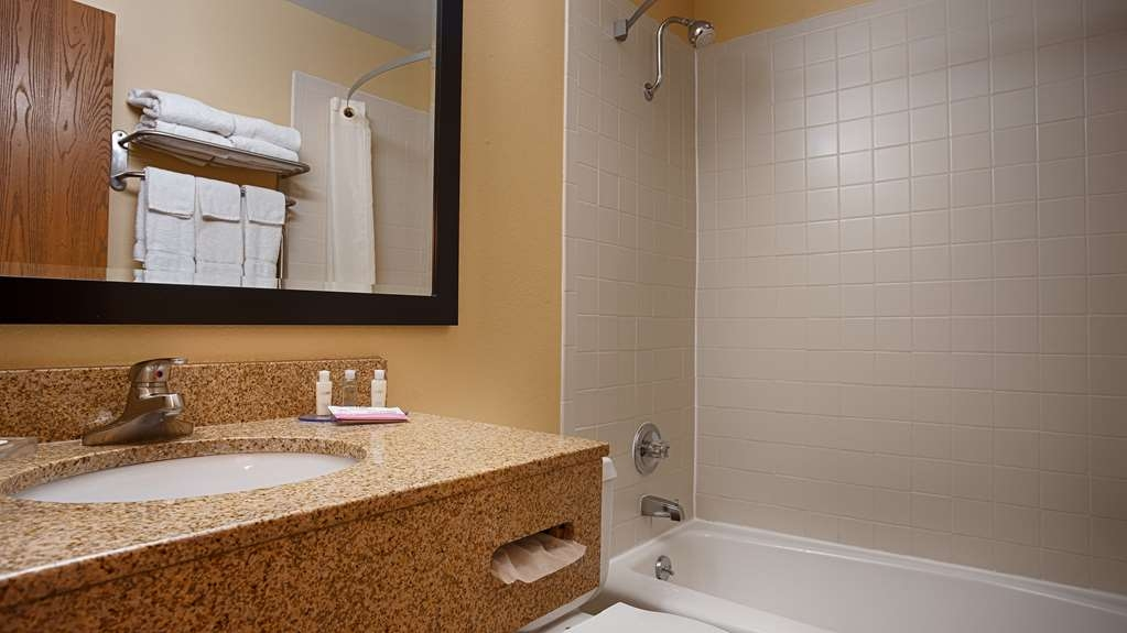 Best Western Plus Altoona Inn - Guest Bathroom