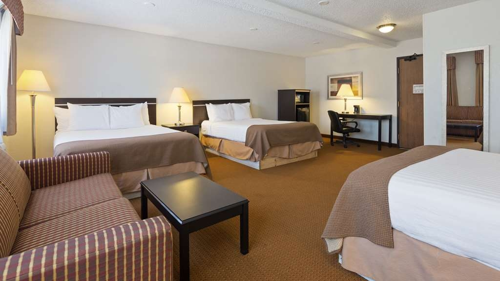 Best Western Mt. Pleasant Inn - If you're traveling with your family or group of friends, opt for our Three Queen Bed Mini Suite.