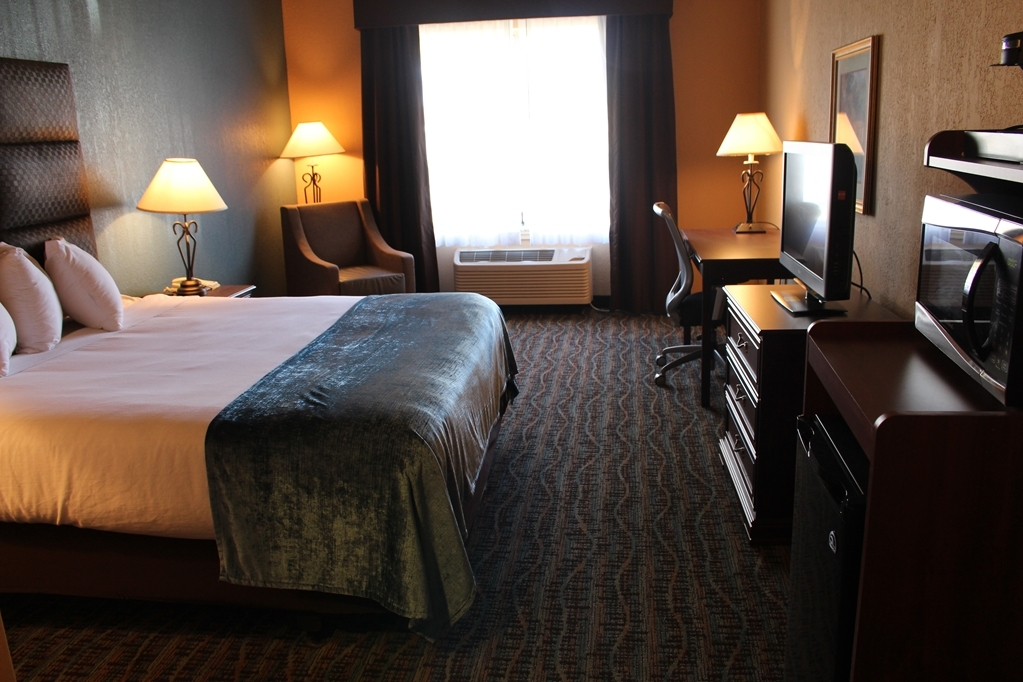 Best Western Holiday Manor - Relax on our comfy pillow top beds in the newly renovated king guest rooms.