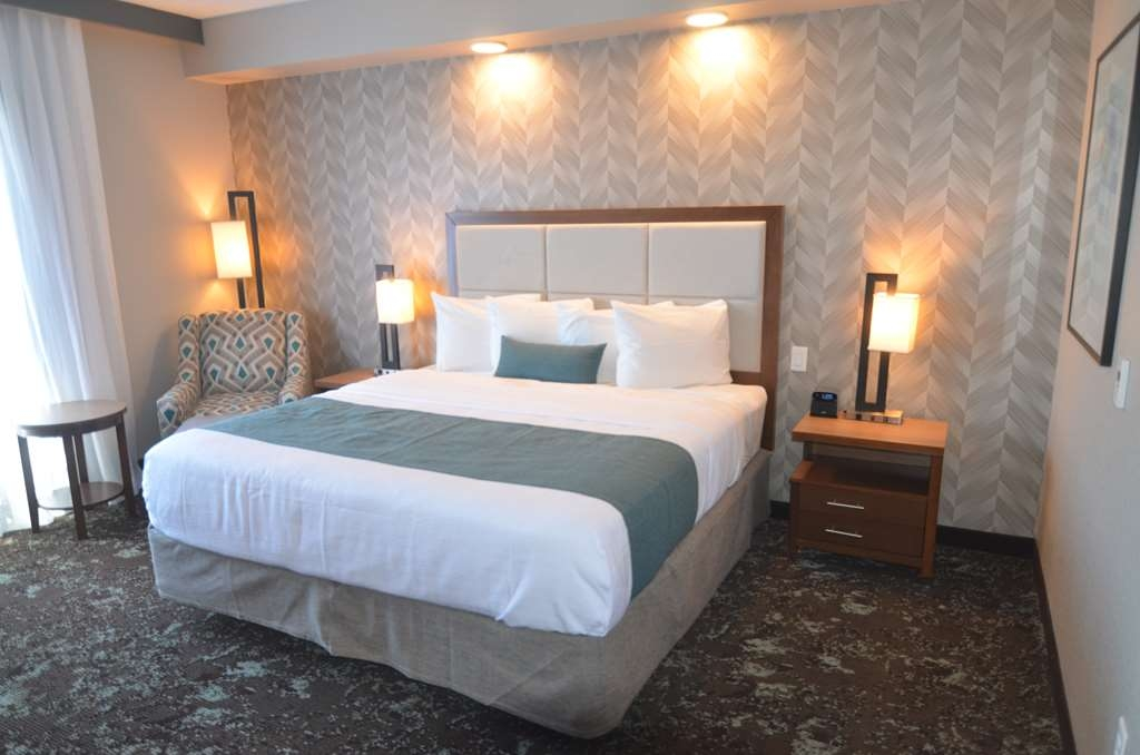 Best Western Premier Ankeny Hotel - Large King Size room to offer a spacious atmosphere