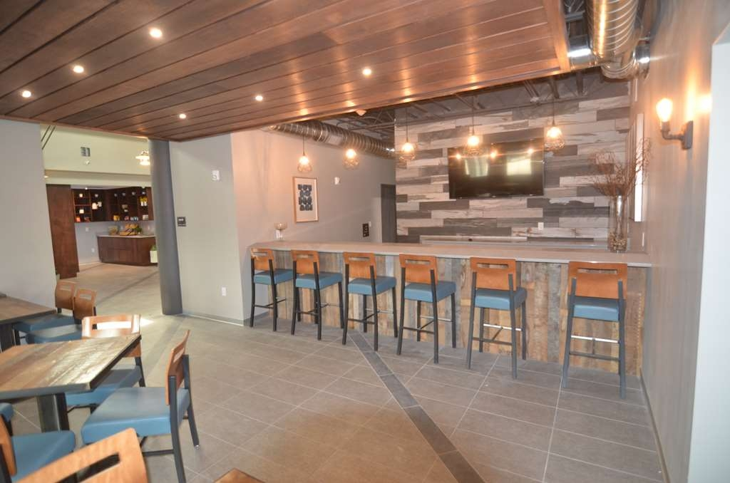 Best Western Premier Ankeny Hotel - Enjoy a drink or grab a bite to eat at the Goose Lounge